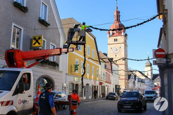Installation der Weihnachtsbeleuchtung in Waidhofen/Ybbs