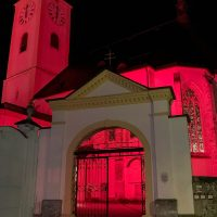 Die Stadtpfarrkirche in Waidhofen/Ybbs erleuchtet in einem feurigen Rot.